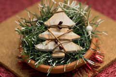 Kleine hölzerne Weihnachtsbaumdekoration lizenzfreie stockfotos