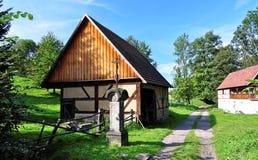 Kleine Hütte und das Kreuz nahe zu ihm Stockbilder
