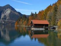 Kleine Hütte in Walchensee Baviera lizenzfreie stockbilder