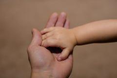 Kleine Hand des Sohns und des großen Vatis Lizenzfreies Stockfoto