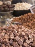 Kleine in Handarbeit gemachte Kubikschokoladen mit Karamell im Vordergrund I Stockfoto