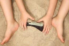 Kleine Handen en Voeten in Zand Stock Foto