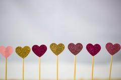 Kleine harten op een rij, lichten op de achtergrond Royalty-vrije Stock Afbeelding