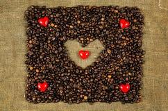 Kleine harten op koffiebonen Royalty-vrije Stock Foto's