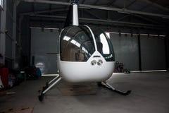 Kleine helikopter in de hangaar Royalty-vrije Stock Foto's