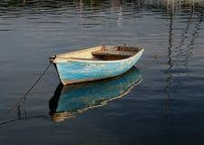 Kleine het roeien boot op kalm water Stock Afbeeldingen