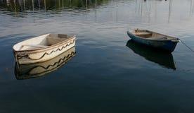 Kleine het roeien boten op kalm water Royalty-vrije Stock Afbeeldingen
