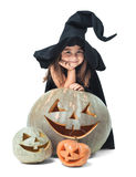 Kleine Hexe, die hinter Kürbisen sich versteckt Stockfoto