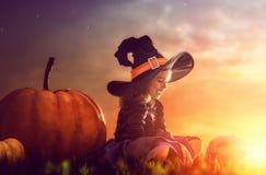 Kleine Hexe draußen Stockbild
