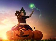 Kleine Hexe draußen Lizenzfreies Stockbild