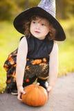 Kleine Hexe mit Kürbis Stockbilder