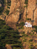 Kleine Hindoese tempel in de steile bergen Stock Fotografie