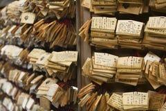 Kleine hölzerne Plaketten shintoistischen Schreins Japans Tokyo Meiji-jingu mit Gebeten und Wünschen (Ema) Lizenzfreie Stockfotografie