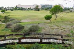 Kleine Holzbrücken auf Golfplatz lizenzfreies stockbild