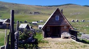 Kleine Holzhäuser auf dem Berg Lizenzfreie Stockfotos
