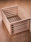Kleine Holzkiste auf dem Tisch Lizenzfreie Stockfotografie