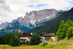 Kleine hotels door de weg in Dolomiet Stock Foto's