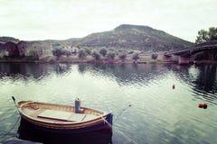 Kleine houten boot in Temo-rivier stock afbeeldingen