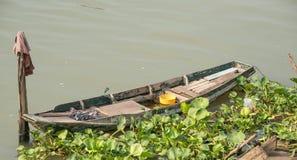 Kleine houten boten van visser in de rivier royalty-vrije stock afbeelding