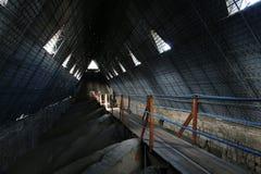 Kleine houten brug die over het plafond van een kerk leidt royalty-vrije stock fotografie