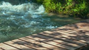 Kleine houten brug over een bergrivier met stenen Langzame motie HD stock footage
