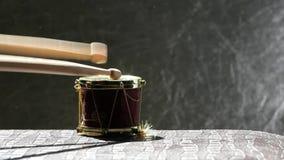 Kleine houten de stokken hd lengte van de muziektrommel stock footage