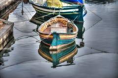 Kleine houten die boot in Temo-rivier wordt vastgelegd stock afbeelding