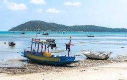 Kleine houten en glasvezel vissersboten die bij het vuile strand vastleggen Royalty-vrije Stock Afbeeldingen