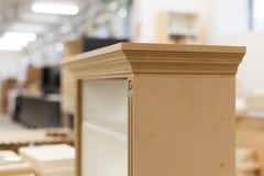 Kleine houten kabinetsassemblage Stock Afbeelding