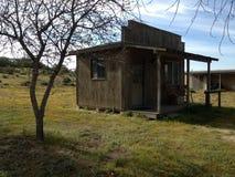 Kleine houten loods of cabine in het land Royalty-vrije Stock Afbeelding