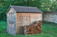 Kleine houten loods in park Stock Fotografie