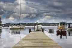 Kleine houten pier en kleine boten op de achtergrond in Bergen Royalty-vrije Stock Foto's
