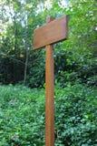 Kleine houten plaque tegen een groene achtergrond Stock Fotografie