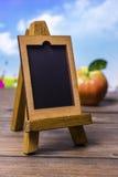 Kleine houten schildersezel op een lijst Stock Afbeelding