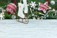Kleine houten vleten tegen de vage achtergrond w van de sparrentak royalty-vrije stock fotografie