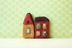 Kleine Huizen op groene patroonachtergrond Royalty-vrije Stock Fotografie