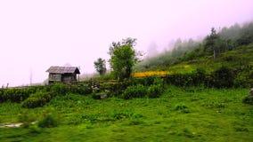 Kleine hut in de bergen royalty-vrije stock foto