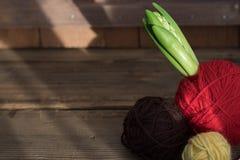 Kleine hyacint in rode garenbal op oude houten achtergrond stock afbeelding