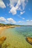 Kleine inham onder een blauwe hemel in Alghero royalty-vrije stock foto's