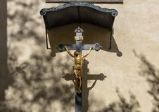 Kleine INRI met gouden cijfer van Jesus die, Praag, Tsjechische Republiek worden gekruisigd royalty-vrije stock foto