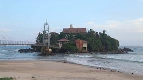 Kleine Insel angeschlossen mit Brücke stock video