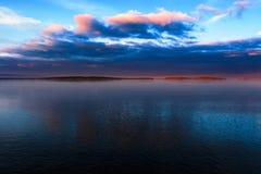 Kleine Insel auf See auf Sonnenuntergang Stockbilder