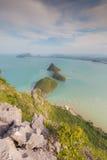 Kleine Insel in der Seevogelperspektive über Gebirgshügel Lizenzfreie Stockbilder