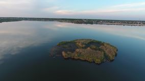 Kleine Insel gesehen vom Brummen stock video