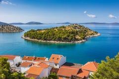Kleine Insel im adriatischen Meer im Sommer Lizenzfreie Stockfotos