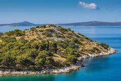 Kleine Insel im adriatischen Meer im Sommer Stockfotos