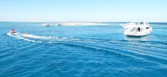 Kleine Insel im Meer Lizenzfreies Stockfoto
