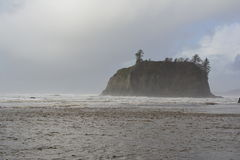 Kleine Insel im Meer Lizenzfreie Stockbilder
