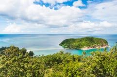 Kleine Insel im Meer nahe Koh Phangan in Thailand Stockbilder