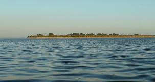 Kleine Insel im Ozean stock footage